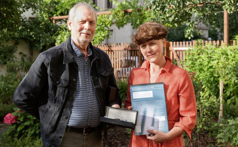 Foto: Preisübergabe von Ralph Grüneberger an Dora Hauch. Fotograf Gustav Franz