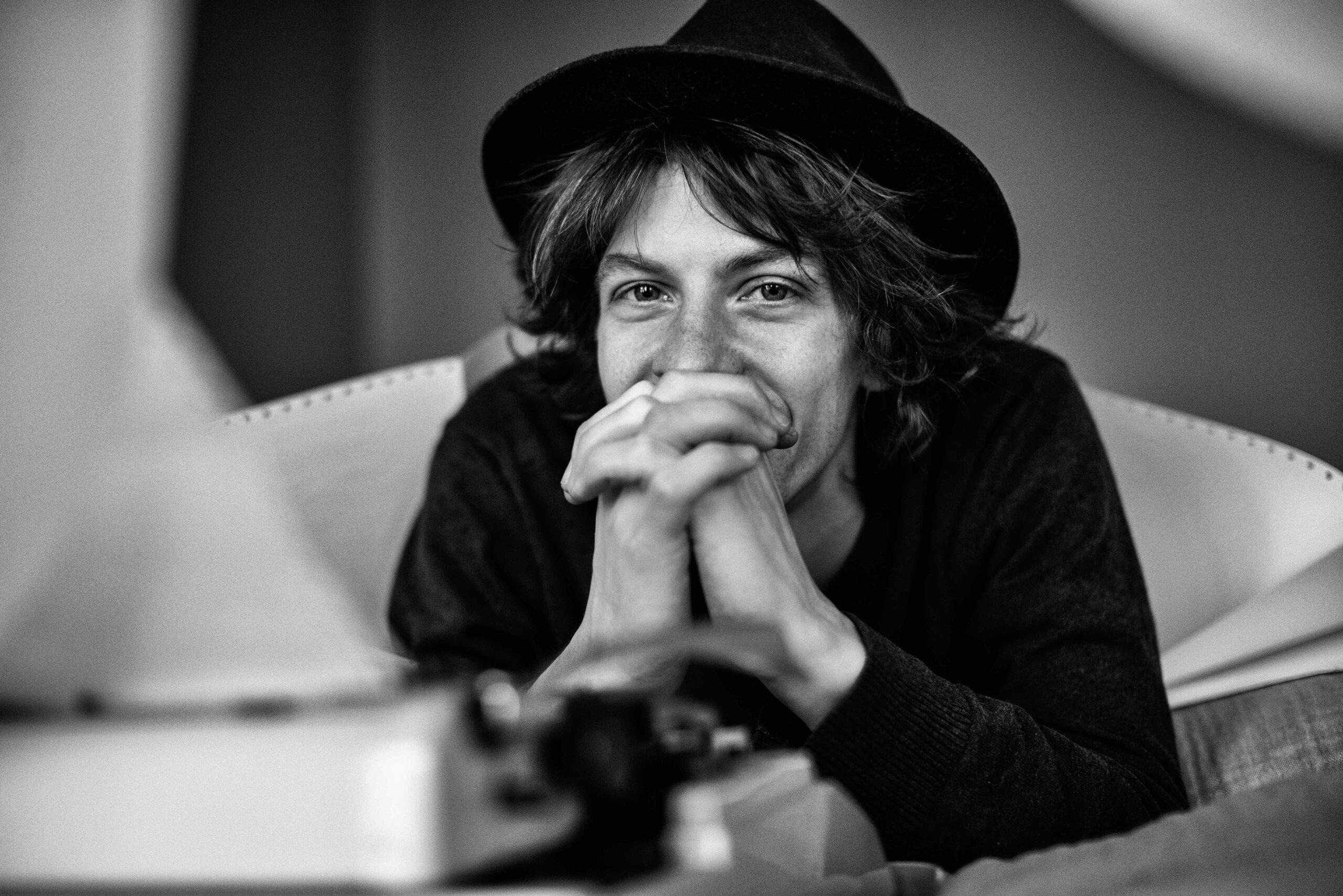Max Prosa vor Schreibmaschine - bereitgestellt über Rosenheim Rocks