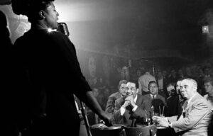 Photo: Herman Leonard Ella Fitzgerald. https://www.ledevoir.com/culture/actualites-culturelles/294476/l-ere-du-jazz-vue-par-herman-leonard